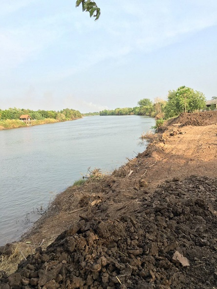 ที่ดินปราจีนบุรี ติดริมแม่น้ำบางปะกง ที่ดินบ้านสร้าง ที่ดินบางกระเบา ติดแม่น้ำกว้าง 60 เมตร ใกล้ตลาดแหล่งชุมชนวัดบ้านสร้าง ที่ดินถมแล้ว 1 ไร่ 1 งาน 21 วา (521 วา) หน้ากว้างติดแม่น้ำ 60 เมตร ลึก 35 เมตร ห่างสถานีรถไฟบ้านสร้างประมาณ 5 กม. ใกล้กับตลาดแหล่งชุมชน วัดบ้านสร้าง ประมาณ 2 กม. เหมาะปลูกบ้านพักอาศัย